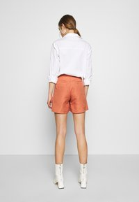 EDITED - FERGIE - Shorts - cedar wood - 2