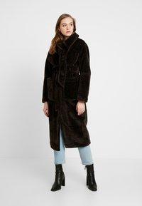 EDITED - NACLA COAT - Zimní kabát - braun/dunkelbraun - 0