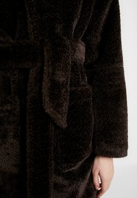 EDITED - NACLA COAT - Zimní kabát - braun/dunkelbraun - 5