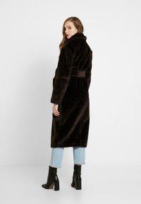 EDITED - NACLA COAT - Zimní kabát - braun/dunkelbraun - 2