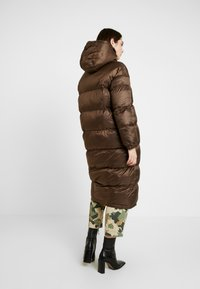 EDITED - OLWEN PUFFER COAT - Zimní kabát - braun/blau - 2