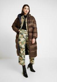 EDITED - OLWEN PUFFER COAT - Zimní kabát - braun/blau - 1
