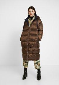 EDITED - OLWEN PUFFER COAT - Zimní kabát - braun/blau - 0