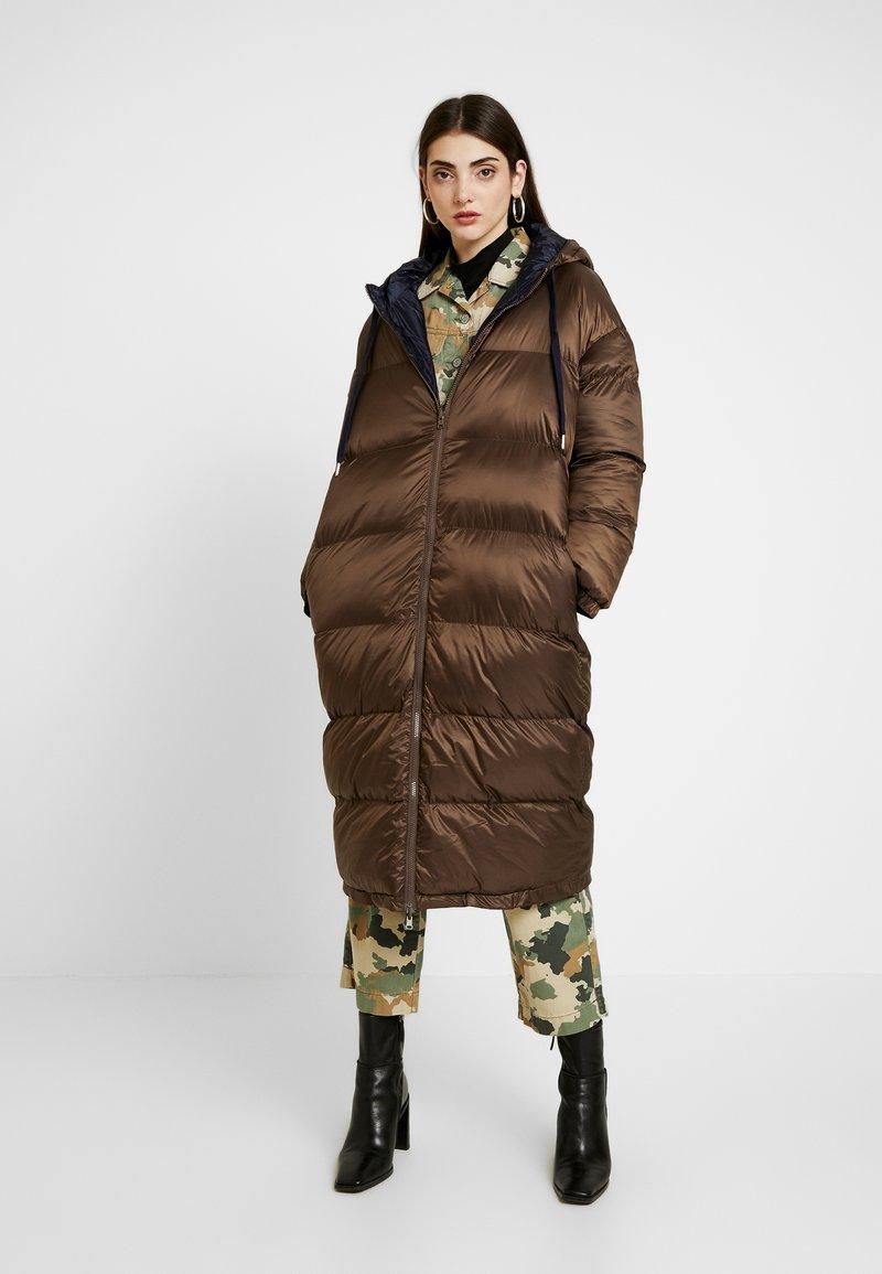 EDITED - OLWEN PUFFER COAT - Zimní kabát - braun/blau