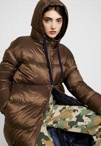 EDITED - OLWEN PUFFER COAT - Zimní kabát - braun/blau - 3