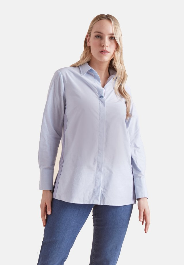 MIT GESTREIFTEN BORDÜREN - Button-down blouse - blue