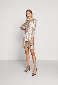 Elisabetta Franchi - Koktejlové šaty/ šaty na párty - oro - 1