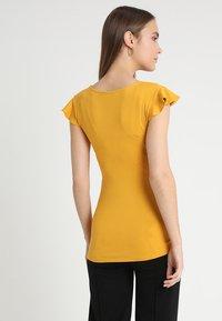 Envie de Fraise - FRANCINE NURSING - Print T-shirt - mustard - 2