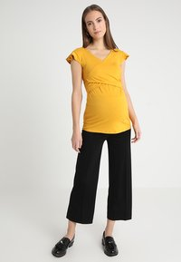 Envie de Fraise - FRANCINE NURSING - Print T-shirt - mustard - 1