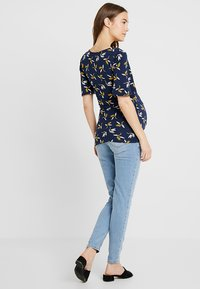 Envie de Fraise - PRUNE NURSING - T-shirt print - navy blue/yellow - 2