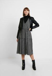 Envii - ENHAZEL DRESS - Denní šaty - timber - 2