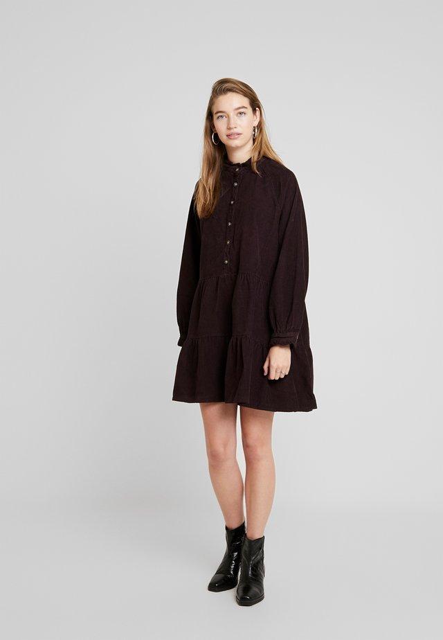 ENALASKA DRESS - Korte jurk - fudge