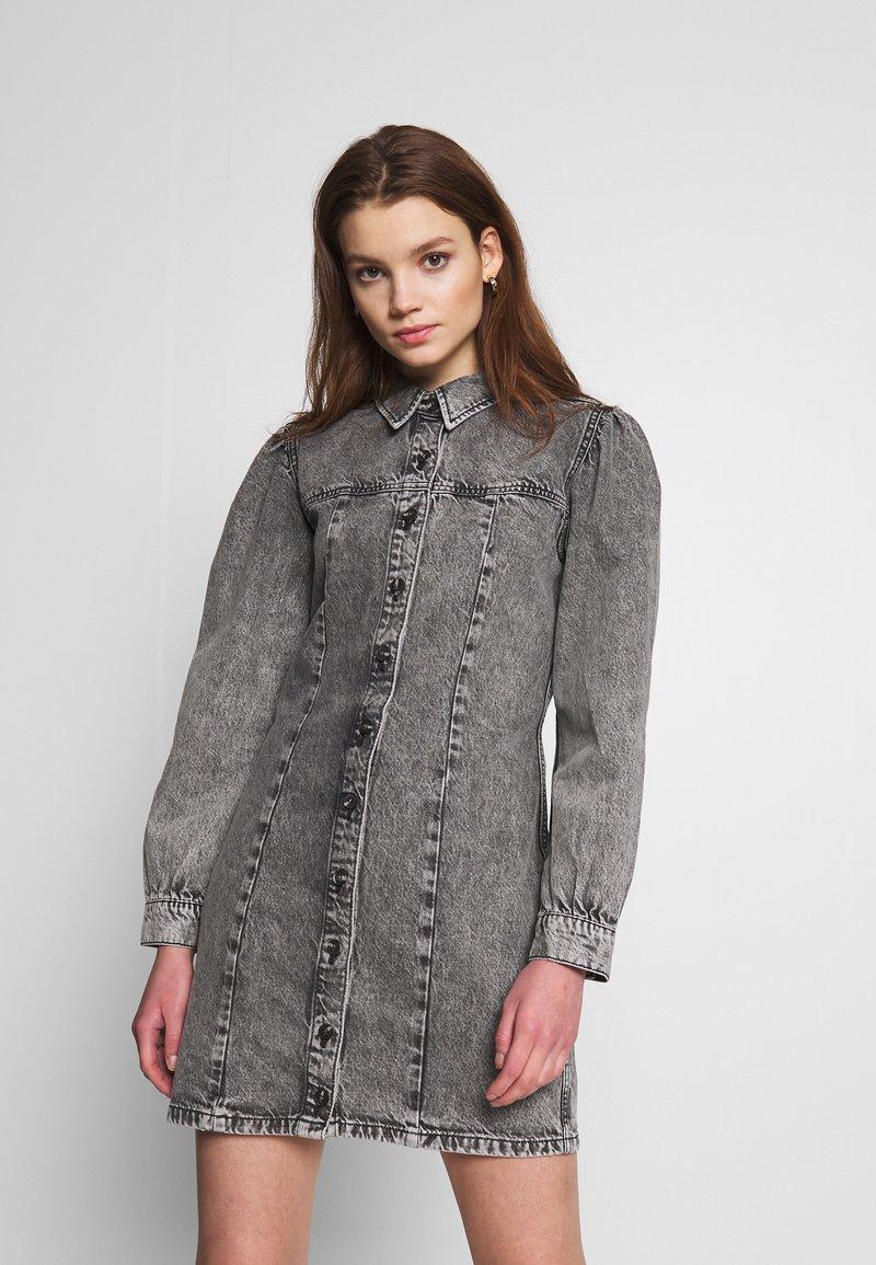 Envii - ENSPRUCE DRESS - Denimové šaty - black stone