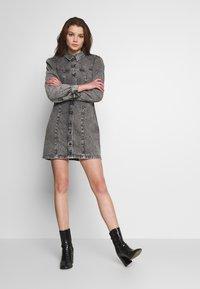 Envii - ENSPRUCE DRESS - Denimové šaty - black stone - 1