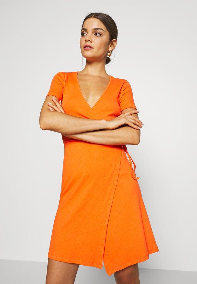 ENALLY DRESS - Etuikleid - flame