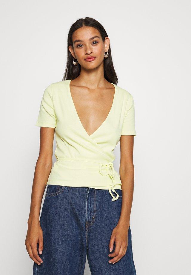 ENALLY TEE - Print T-shirt - pale lime yellow