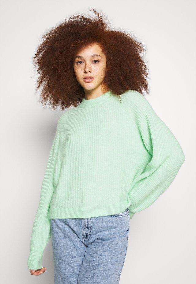 Stickad tröja - green ash melange