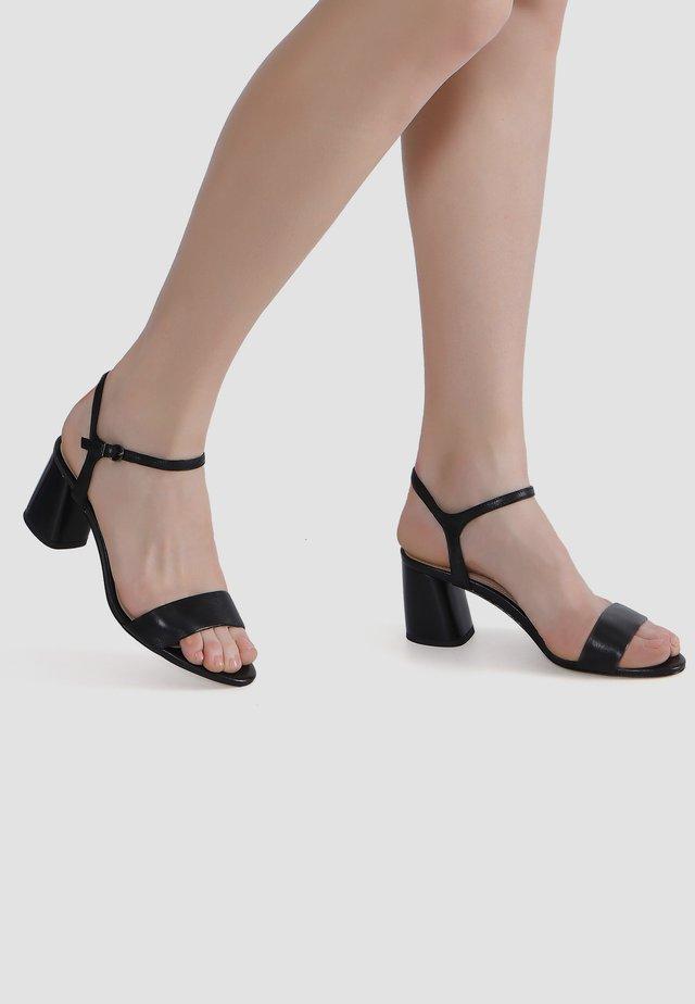 MIT TRAPEZ-ABSATZ - Sandals - schwarz