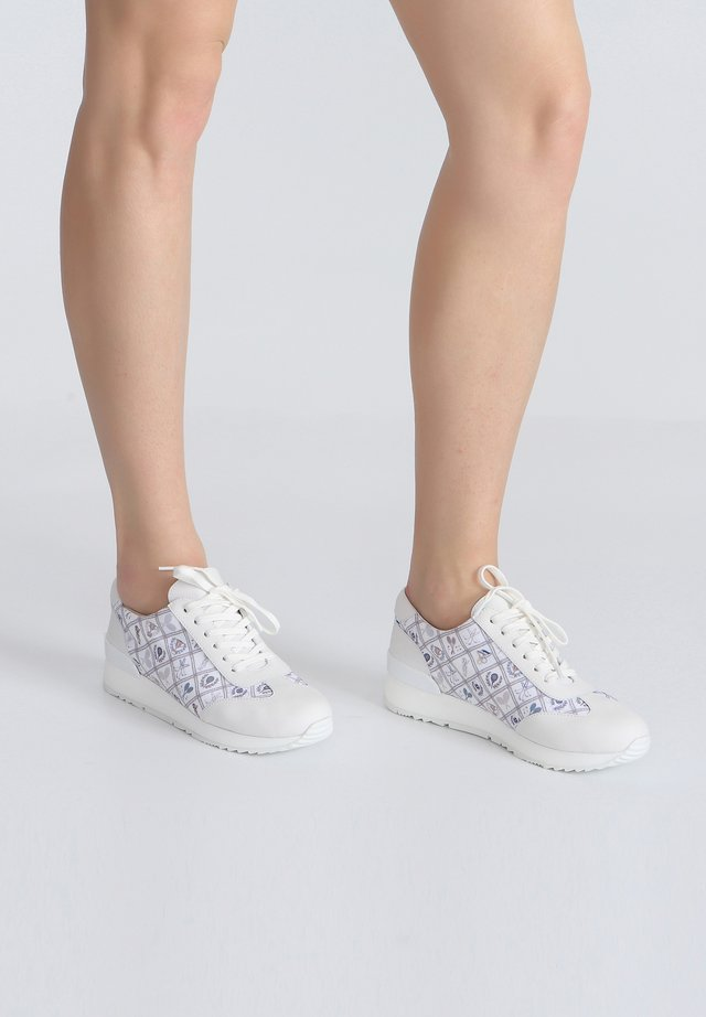 MIT SPORTLICHEM MUSTER - Sneakers laag - white