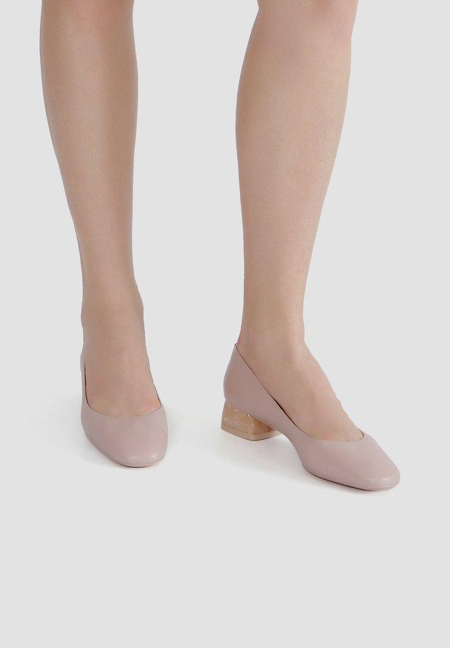 MIT SCHIMMERNDEM ABSATZ - Ballet pumps - adobe rose