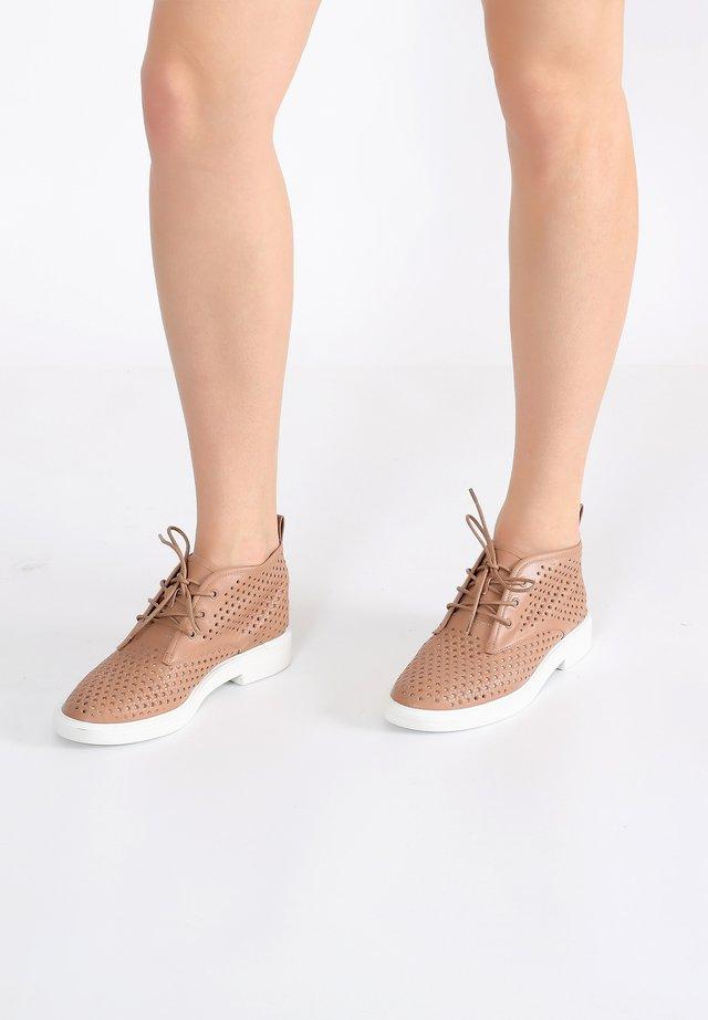 Sneakers laag - nut