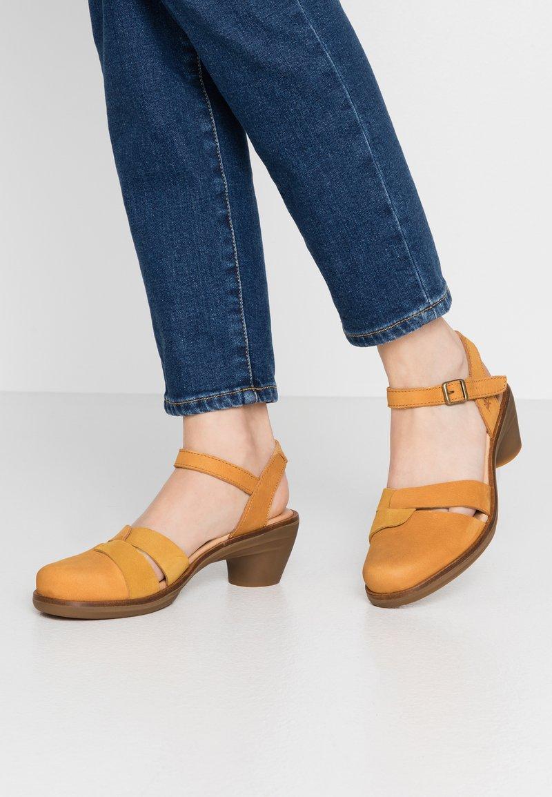 El Naturalista - AQUA - Classic heels - curry
