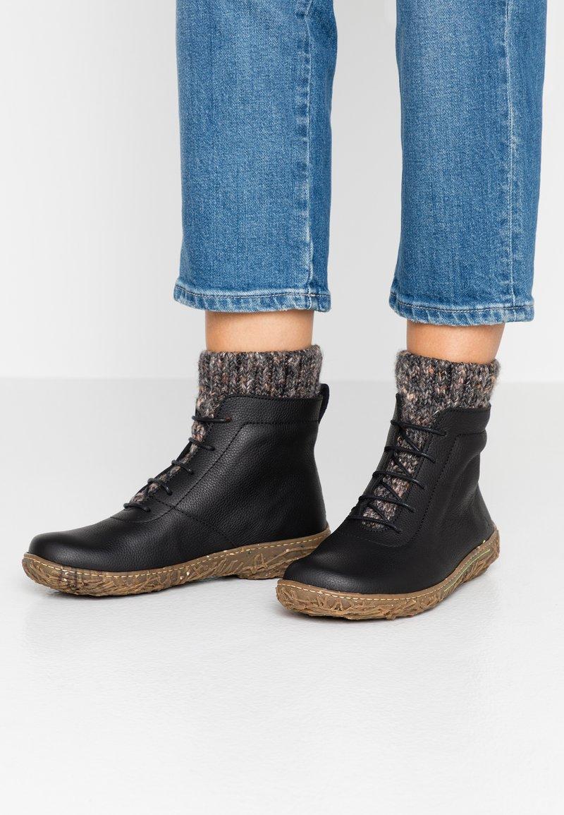 El Naturalista - NIDO - Šněrovací kotníkové boty - black