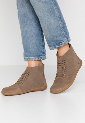 EL VIAJERO - Ankle boots - land