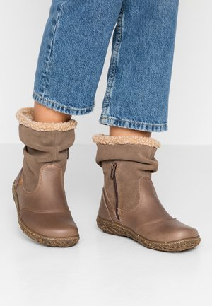 NIDO - Classic ankle boots - plume