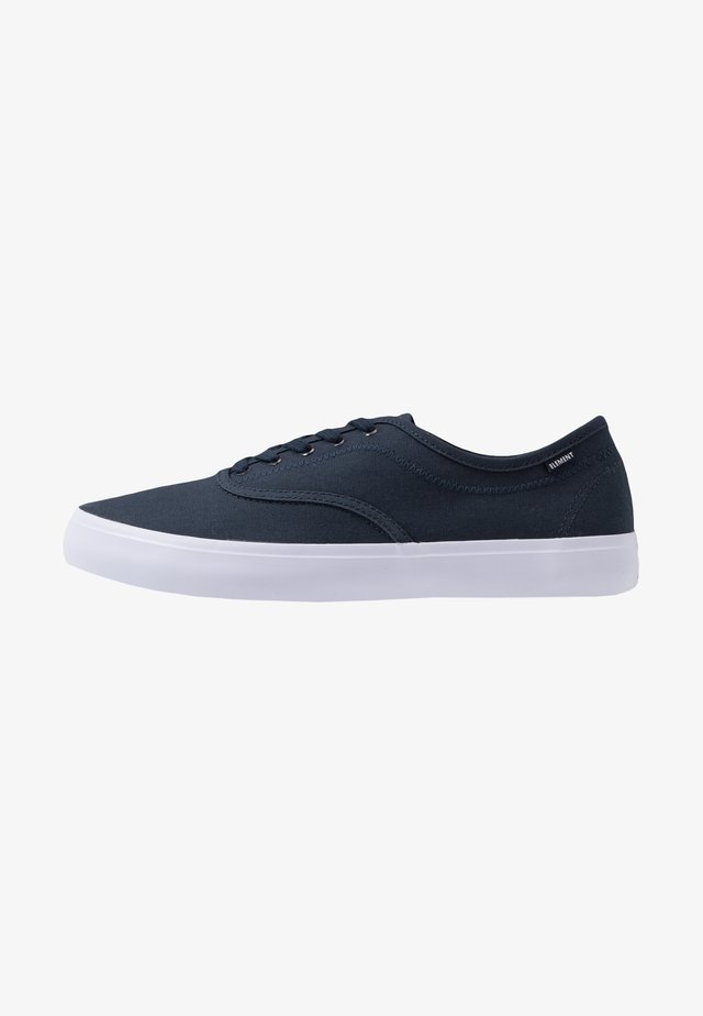 PASSIPH - Skate shoes - navy/white