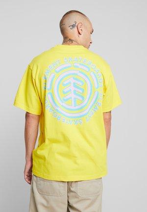 CHROME - Printtipaita - bright yellow
