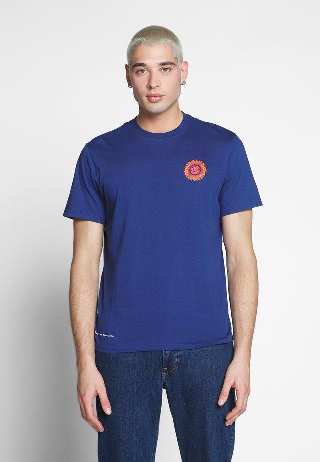 FLORIAN - T-shirt z nadrukiem - blue depths