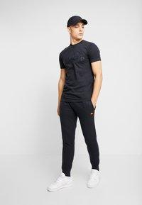 Ellesse - MIRKO - Teplákové kalhoty - black - 1