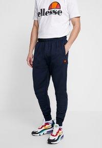 Ellesse - BERTONI JOG PANT - Teplákové kalhoty - navy - 0