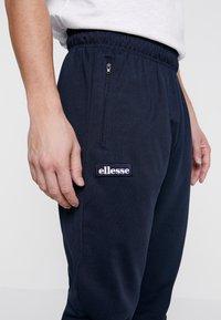 Ellesse - BERTONI JOG PANT - Teplákové kalhoty - navy - 3