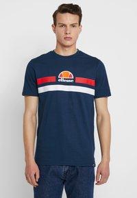 Ellesse - APREL - T-shirt imprimé - navy - 0