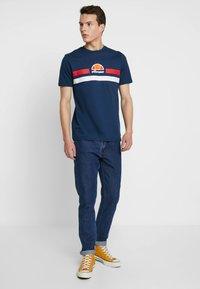 Ellesse - APREL - T-shirt imprimé - navy - 1
