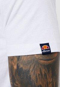 Ellesse - VOODOO - T-shirt imprimé - white - 5