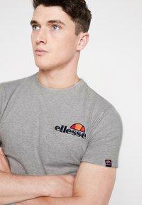Ellesse - VOODOO - T-shirt con stampa - grey marl - 4