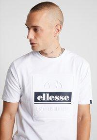 Ellesse - ADAMELLO - T-shirt imprimé - white - 3