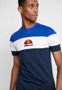 Ellesse - BENIZZI - Print T-shirt - navy - 4