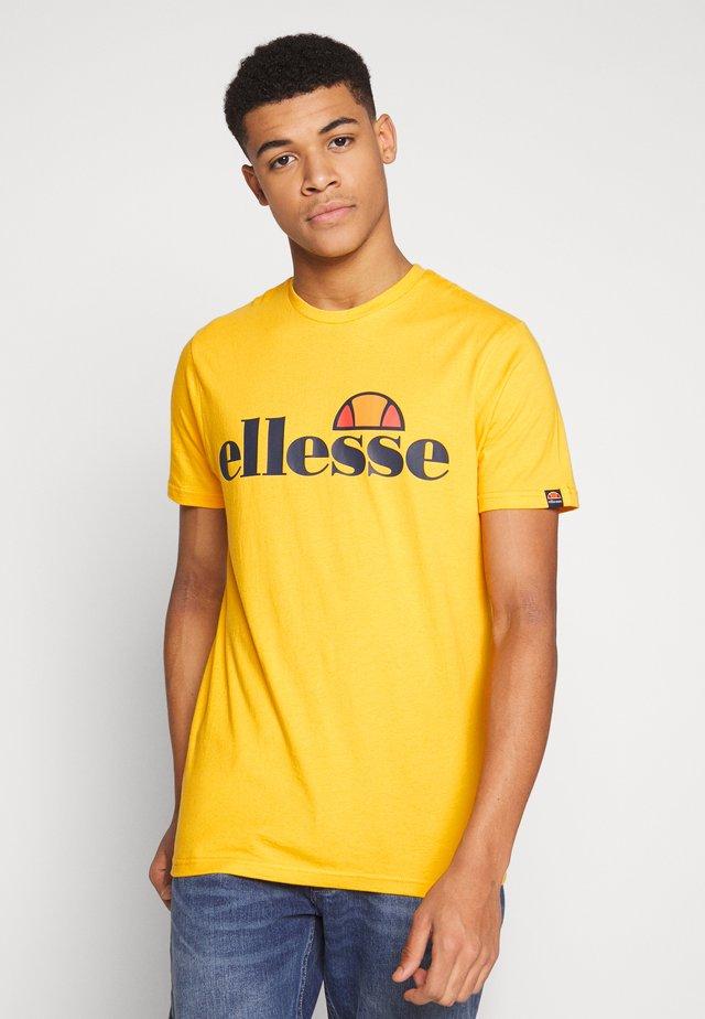 PRADO - T-shirt med print - yellow