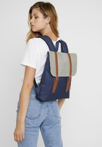 Enter - CITY BACKPACK MINI FRONT STRAPS - Tagesrucksack - navy/melange black/tan - 1
