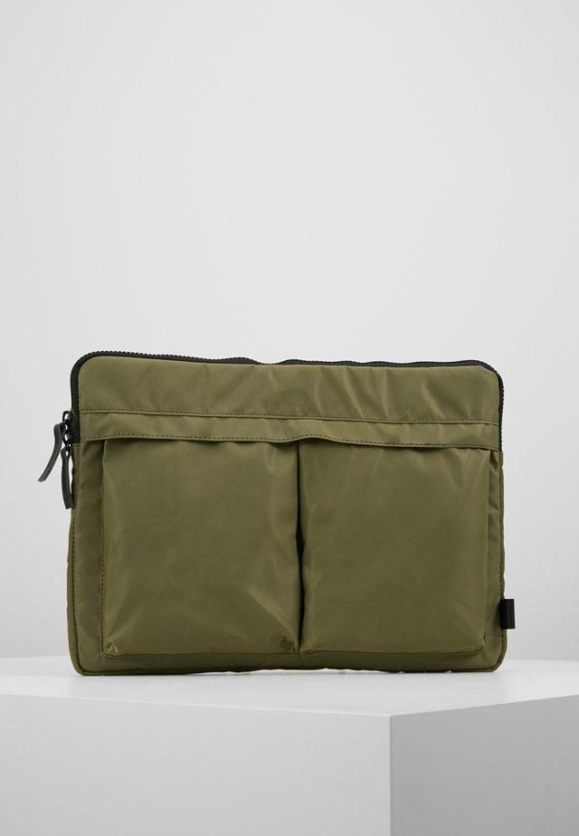 HELMET SLEEVE TWO POCKET - Notebooktasche - army green heavy