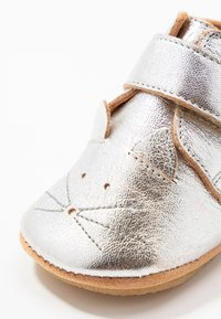 Easy Peasy - KINY COLLIER CHAT GIFT SET - First shoes - silver - 2