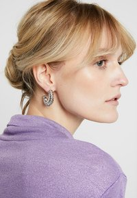 ERASE - DOMED TEXTURED HOOP - Earrings - silver-coloured - 1