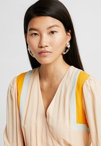 ERASE - OPEN HOOP - Earrings - gold-coloured - 1