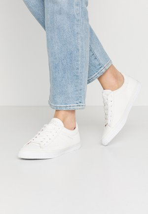 RIATA LACE UP - Sneakersy niskie - white