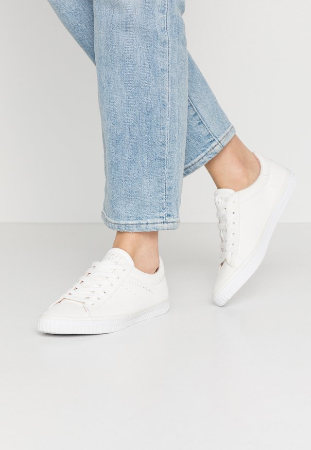 RIATA LACE UP - Sneakers laag - white