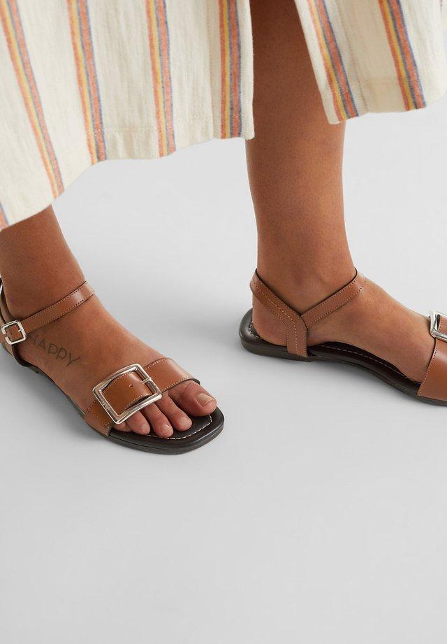 AUS LEDER: SANDALE MIT METALL-SCHNALLE - Sandals - caramel